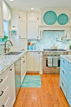 Imagine my delight when I stumbled across this absolutely gorgeous kitchen by interior designer Kevin Thayer! The talented designer worked with Greg Terbrock Design Build to create the stunning sea-in