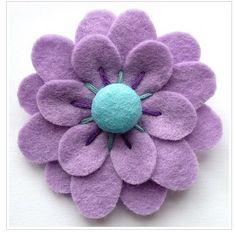 Felt flowers make yourself – creative crafting ideas made of felt - DIY Decorations Felt Diy, Handmade Felt, Handmade Flowers, Felt Crafts, Fabric Crafts, Sewing Crafts, Sewing Projects, Handmade Headbands, Handmade Soaps