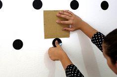 Como fazer uma parede de bolinhas em casa | Salto Agulha boa ideia pra quem não tem papel de parede..... aprovei