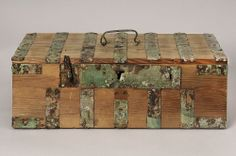 Box from Birka (BJ639).  Huvuddelen av beslagen, handtaget, låset och överfallen monterade på rekonstruerad kista. Felande beslagsdetaljer ersatta med grönlaverat papper. På några av beslagens stift finns textilrester.