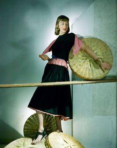 Jessica Patton Barkentin wearing black top and black skirt with pink trim Vogue 1942 © John Rawlings 1940s Fashion, Vintage Fashion, Classy Fashion, Vintage Vogue, Vogue Magazine, Model Magazine, Historical Clothing, Colorful Fashion, Fashion History