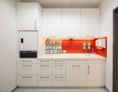 Arbeitszeile mit Unterschränken, Kühlschrank und Hängeschränken