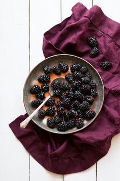 food photography: blackberries in a white bowl with orange juice | summer fruit: blackberry . Sommer-Frucht: Brombeere . fruit d'été: mûre | Photo: @ Amazing Pictures |
