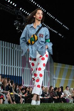 Everyone is talking about this quirky bag design that came out of New York Fashion Week. See the look here. Gifts For Wine Lovers, Who What Wear, New York Fashion, Inventions, Spring Fashion, Christmas Sweaters, Spring Summer, How To Wear, Bag Design