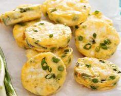 Mini quiches sans pâte poids plumes petits pois, oignons verts et feta