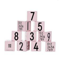 Houten stapelblokken van het Deense merk Design Letters. Uiteraard met het in wereldberoemde lettertype dat Arne Jacobsen in 1937 heeft ontworpen. Superstylish