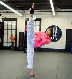 Female Martial Artists, Martial Arts Women, Mixed Martial Arts, Taekwondo Girl, Karate Girl, Alex Wong, Roundhouse Kick, Martial Arts Workout, Aikido