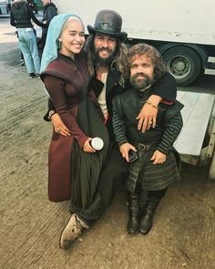 emilia clarke jason momoa and peter dinklage behind the scenes of game of thrones Clarke Game Of Thrones, Game Of Thrones Set, Acteurs Game Of Throne, Pandaren Monk, Game Of Throne Actors, Game Of Trones, Khal Drogo, Mother Of Dragons, Foto E Video