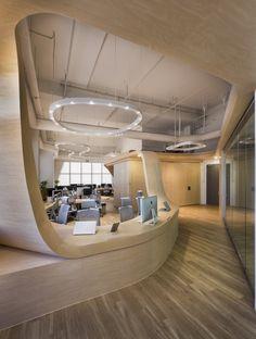 연속적이고 유기적인 형태의 사무실 가구 51평 인테리어    round, curve, wood, work space