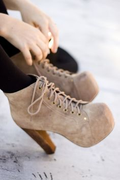 J'adore les chaussures marron! c'est très chic et branché! je le porterais !