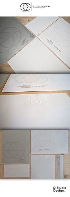 Equilibrio, allineamento e armonia delle forme erano la richiesta del cliente. Abbiamo cercato di rappresentare questi valori con l'utilizzo di forme geometriche semplici. Una volta definito il logo abbiamo creato tutti gli elementi visivi dell'azienda (carta intestata, i biglietti da visita, cartelle porta documenti, carta intestata e buste per le lettere) riuscendo sempre a miscelare la componente estetica con quella funzionale.