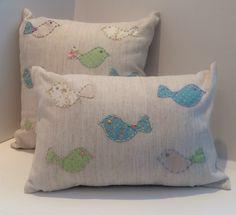 kit decorativo com duas almofada passarinhos. <br>- 1 almofada linho com algodão 40x40 pássaros. <br>- 1 almofada linho com algodão 44x30 pássaros.