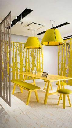 Geheel in stijl ontworpen werk- en vergaderruimte. Voor op kantoor of voor aan huis #werkplek #interieur #yellow