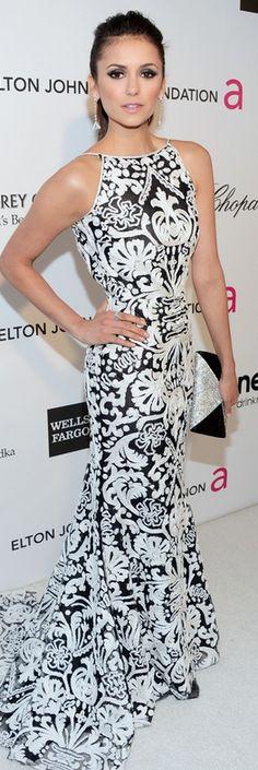 Nina Dobrev en un vestido John Galliano. Amamos que dejó protagonizar el estampado con pocos accesorios y el pelo recogido.