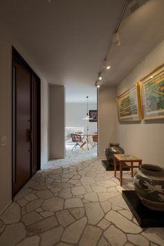 玄関ホールは、リトグラフと壺を配したご主人自慢のギャラリー