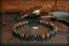 A subtle blend between wood and stone that gives this bracelet a trendy style and very elegant, perfectly in the air when combine elegance and strength, whether worn alone to attract or combined with other bracelets. Wooden beads veined wenge color Brown and honey diameter hematite