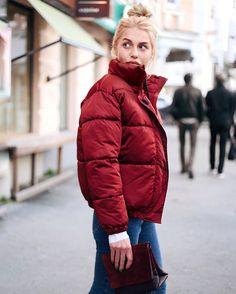 Короткий объемный пуховик уже стал неотъемлемой частью зимнего гардероба На @mary_khrest Пуховик (представлен в 4 цветах) #imocean 9990₽ Сумка @shoes.bags.bolshoy ❤️