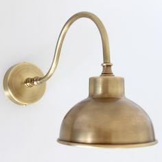 Kleine Bogenarm-Wandlampe aus Messing (over kids sinks? Maybe not big enough diameter)