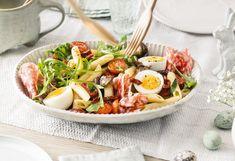Nudelsalat mit Ei, Tomaten, Pilzen und Salami