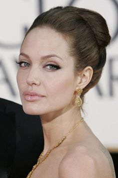 Photos – Angelina Jolie, 38 looks pour ses 38 ans Angelina Jolie Fotos, Angelina Jolie Makeup, Angelina Jolie Style, Brad And Angelina, Cat Eye Makeup, Hair Makeup, Beautiful Celebrities, Beautiful People, Eyeliner Looks