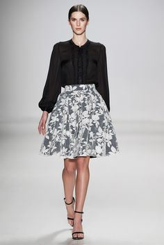 Colección Wildwood Falda de encaje color crema con transparencia / blusa negra cuello en ¨v¨ color negro con transparencia