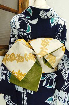 アイボリーに、ジャスミンイエローの薔薇の花が描き出す斜めストライプがモダンな半幅帯です。 #kimono