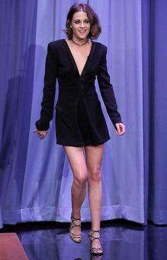 Kristen Stewart com mini vestido preto de manga curta e decote profundo!