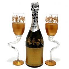 Un cadou personalizat set sapmanie si pahare pentru nunta de aur. Se poate personaliza cu un mesaj si numele sarbatoritilor pe pahare. Aur, Martini, Alcoholic Drinks, Champagne, Coffee Maker, Glass, Handmade, Food, Crystal