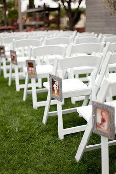 Fotos de los novios en las sillas de la ceremonia.