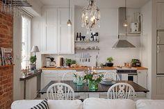 Фотография: Кухня и столовая в стиле , Скандинавский, Малогабаритная квартира, Квартира, Швеция, Цвет в интерьере, Дома и квартиры, Белый, Кирпич, Стена, 36 квадратных метров – фото на InMyRoom.ru