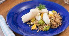 Lägg försiktigt i äggen i sjudande vatten och låt dem sjuda (eller koka försiktigt) i 6 minuter. Kvarta brysselkålen. Koka kvarngrynen med brysselkål, buljongtärning och vatten under lock 10 - 15 minuter
