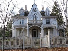 ❥ If Shabby Chic and Halloween had a baby: The Mason House Thompson CT (built 1845)~ Image via Linda Svensson