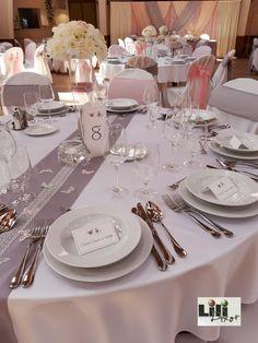 Ez a két szín a szolid elegancia kedvelőire vár. Wedding Decorations, Table Settings, Keto, Elegant, Wedding Decor, Place Settings, Tablescapes