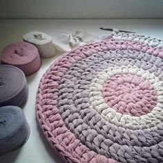 How to Estimate T shirt yarn quantity for a crochet rug - מלכישוארט Arm Knitting, Knitting Patterns, Crochet Patterns, Crochet Round, Diy Crochet, Yarn Crafts, Sewing Crafts, Crochet Basket Pattern, Crochet Motifs
