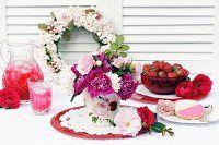 Tisch mit Getränk, Beeren & Gebäck dekoriert mit Rosenkranz & Pfingstrosenstrauss
