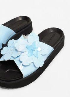Sandalia plataforma aplique flores