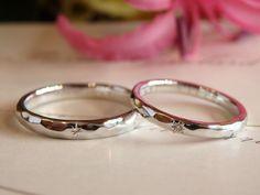 お揃いの槌目模様を打ち込んだ結婚指輪。記念日の七夕にちなんで、リングの表面には星の飾りをお入れしました。 [marriage,diamond,wedding,ring,bridal,pt900,ダイヤモンド,マリッジリング,結婚指輪,オーダーメイド,槌目,ウエディング,ith,イズマリッジ]