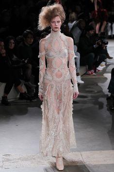 Alexander McQueen Parigi - Collections Fall Winter - Shows - Vogue. Fashion Week, Look Fashion, Runway Fashion, Fashion Show, Fashion Design, Paris Fashion, Weird Fashion, Alexander Mcqueen Couture, Alexander Macqueen