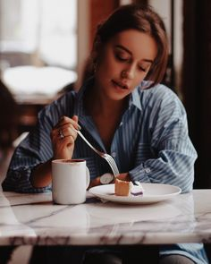Brew Up New Life Into Your Coffee Habit. Coffee Shop Photography, Girl Photography, Museum Photography, Photo D Art, Coffee Girl, Insta Photo Ideas, How To Pose, Fall Photos, Photo Poses