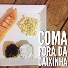Bom dia!!! #CaféDaManhã que também pode ser #LancheDaTarde a partir de 1 ano!    leite de aveia com banana e maçã;  pão de espinafre com requeijão;  pão de espinafre com geleia sem açúcar;  papaya;  ovo mexido com gergelim e linhaça.   #ComaForaDaCaixinha e acredite que é mais fácil do que parece! Mostrei no snapchat (matercolorida) que levei menos de 30 minutos pra preparar o café da manhã hoje levando em consideração que fiz o leite de aveia hoje. Quando ele já está pronto é mais rápido…