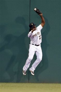 McCutchen hurts rib, expects to play Wednesday