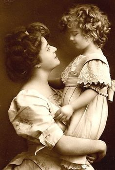 Mother and Child - vintage photo, Mother's love shinning in this photograph. Vintage Abbildungen, Images Vintage, Photo Vintage, Looks Vintage, Vintage Pictures, Vintage Photographs, Vintage Beauty, Vintage Postcards, Vintage Ladies