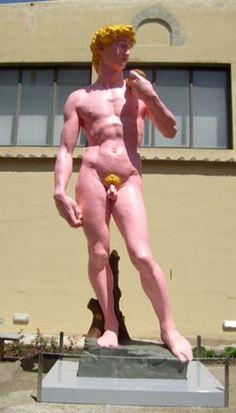 """Un insolito look per il celebre David di Michelangelo. Si può vedere a pochi metri dall'originale, ideato dall'artista Hans Peter Feldmann per la mostra """"Arte torna Arte"""".  (Michelangelo's David now is pink, Firenze, Italy)"""