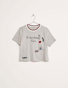 Camiseta cuello rib. Descubre ésta y muchas otras prendas en Bershka con nuevos productos cada semana