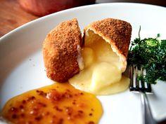 Friterad camembert med varm hjortronsylt | Recept från Köket.se
