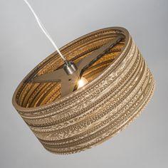 Lámpara colgante CARTON Drum - Lámpara de diseño hecha con anillos cortados a láser de cartón reciclado y pegados entre ellos. Esto hace que los efectos de luz que da sean preciosos. Cada lámpara es única.