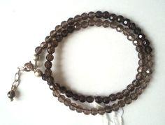 Dubbele armband in rookkwarts met karabijn slot en verlengkettinkje. Lengte = 17-21 cm