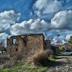 Παλιό Πεδινό | Λήμνος 📷: Παναγιώτης Βαγιός Goldfish, Greece, Clouds, America, Memories, Island, Mansions, House Styles, Outdoor