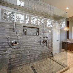 salle de bains grise, stratifié et carrelage mural mosaique