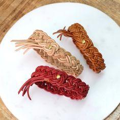 Nouveau tutoriel Bijoux @perlescorner Inspiration nature avec nos bracelets tressés en cuir. Ils nous évoquent les paniers de paille, une balade champêtre, les champs de blé réchauffés par le soleil... Un bijou d'une grande simplicité à décliner aux couleurs de votre choix. #diy #bijoux #cuir #mode #panier #osier #tresse #mode #femme #bracelet #tutoriel #tutorial #paris Fibre Textile, Bracelet Cuir, Bijoux Diy, Lion Sculpture, Statue, Champs, New York, Jewelry, Inspiration